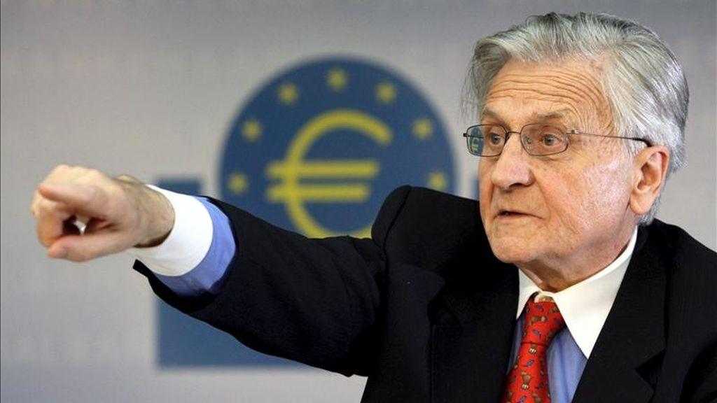 """El presidente del Banco Central Europeo, Jean Claude Trichet, concede turno de pregunta a un periodista durante la rueda de prensa que ha tenido lugar en la sede del BCE en Fráncfort, Alemania, jueves 7 de abril de 2011. Trichet explicó que el consejo de gobierno del BCE decidió """"por unanimidad"""" subir su tasa rectora de forma modera, en 25 puntos básicos, hasta el 1,25 %. EFE"""