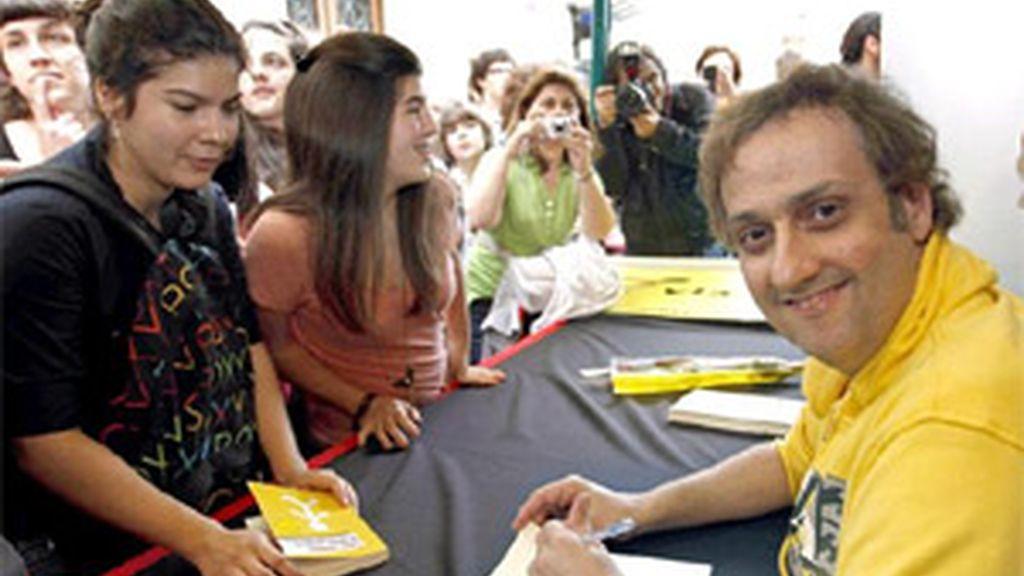 El escritor Albert Espinosa esta tarde en el centro de Barcelona firmando ejemplares de su obra durante la Diada de Sant Jordi, donde el libro y la rosa son los principales protagonistas de esta jornada en Cataluña. EFE
