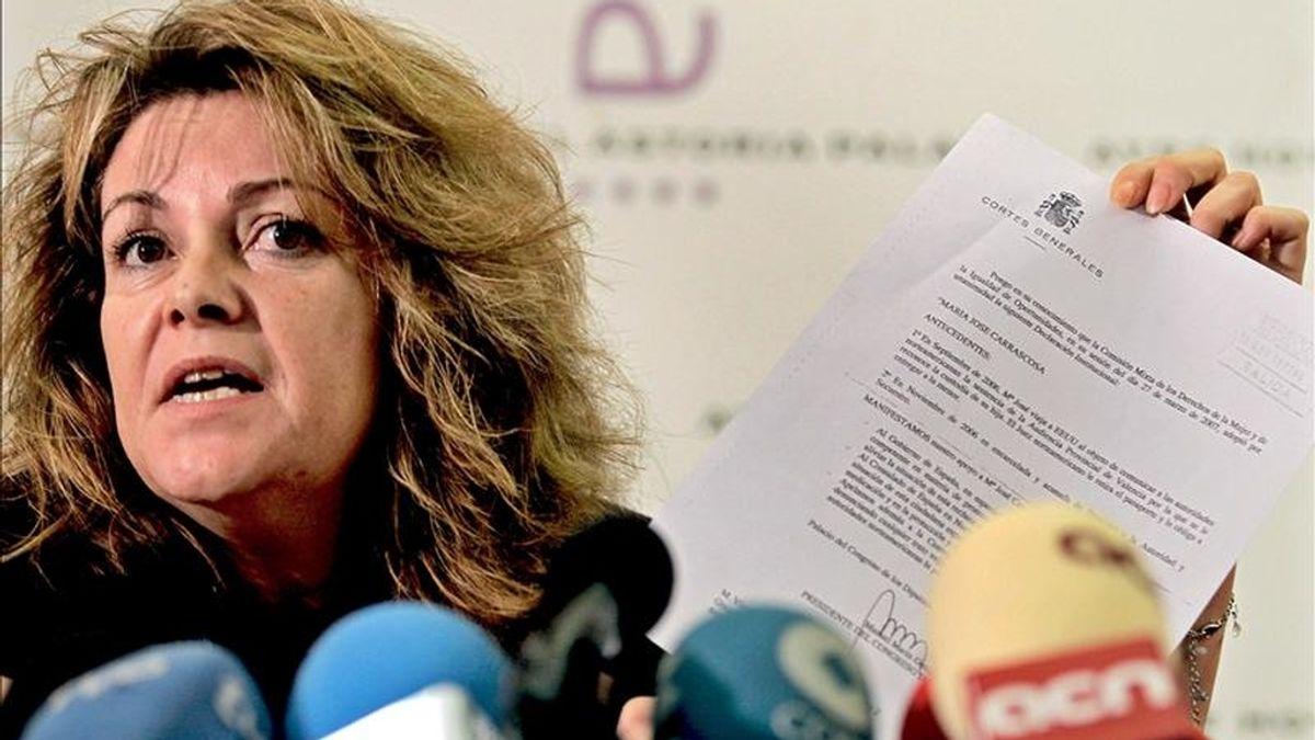 Victoria, hermana de Maria José Carrascosa, la abogada valenciana encarcelada en Estados Unidos por llevarse a España a la hija que tuvo con un ciudadano de ese país, durante la rueda de prensa que ofreció hoy para informar sobre el desarrollo del caso y opinar sobre los cables diplomáticos hechos públicos recientemente por la web Wikileaks. EFE