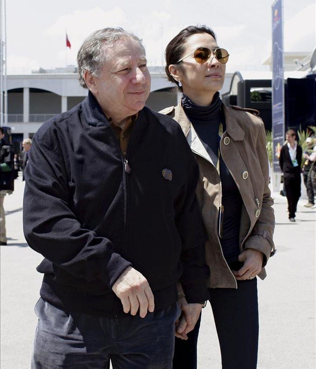 """El presidente de la FIA, Jean Todt (izq), y su esposa Michelle Yeoh, caminan por el """"paddock"""" del circuito Istanbul Park de Estambul (Turquía) antes del comienzo del Gran Premio de Turquía de Fórmula Uno. EFE"""