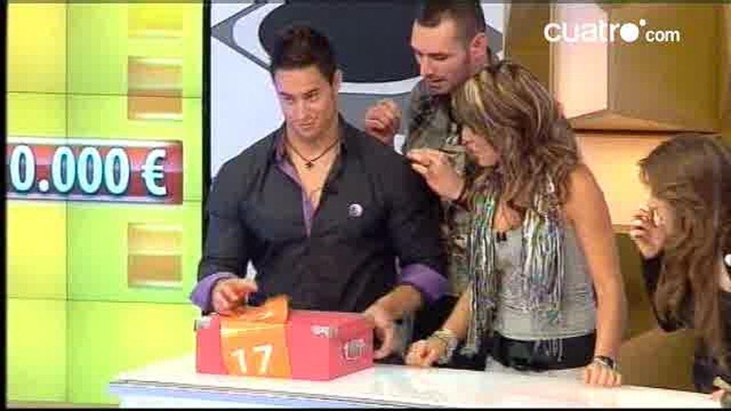 Zaira vende su caja presionada por familia y compañeros