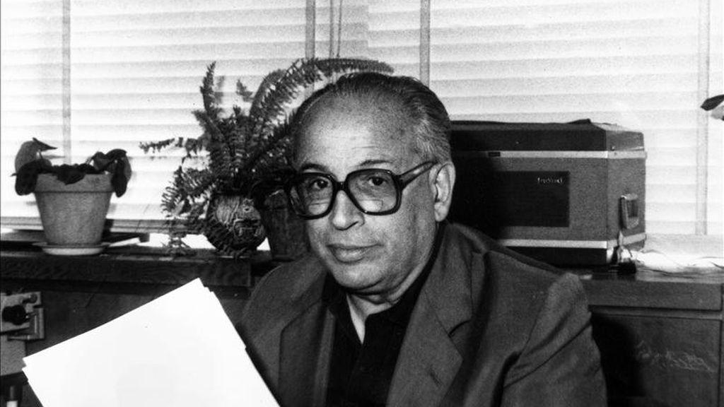 En la imagen, el crítico musical Enrique Franco, en una imagen de archivo en su despacho en RNE. EFE/Archivo