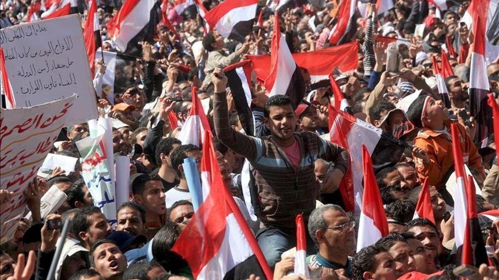 Decenas de miles de egipcios sostienen banderas nacionales durante una manifestación en la plaza Tahrir en El Cairo (Egipto). EFE/Archivo