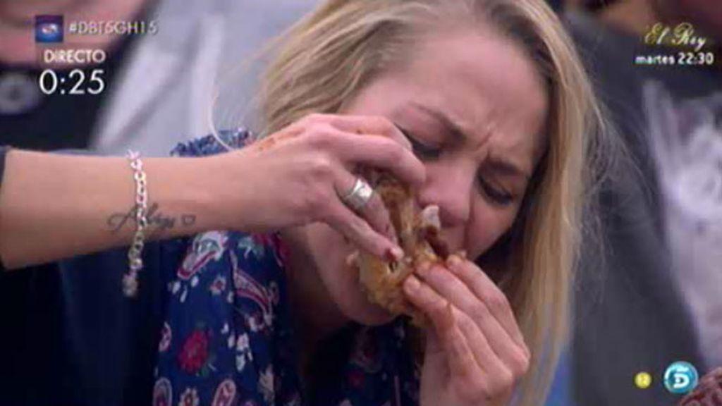 Yolanda se come una mano de cerdo para conseguir un plato de salchichas