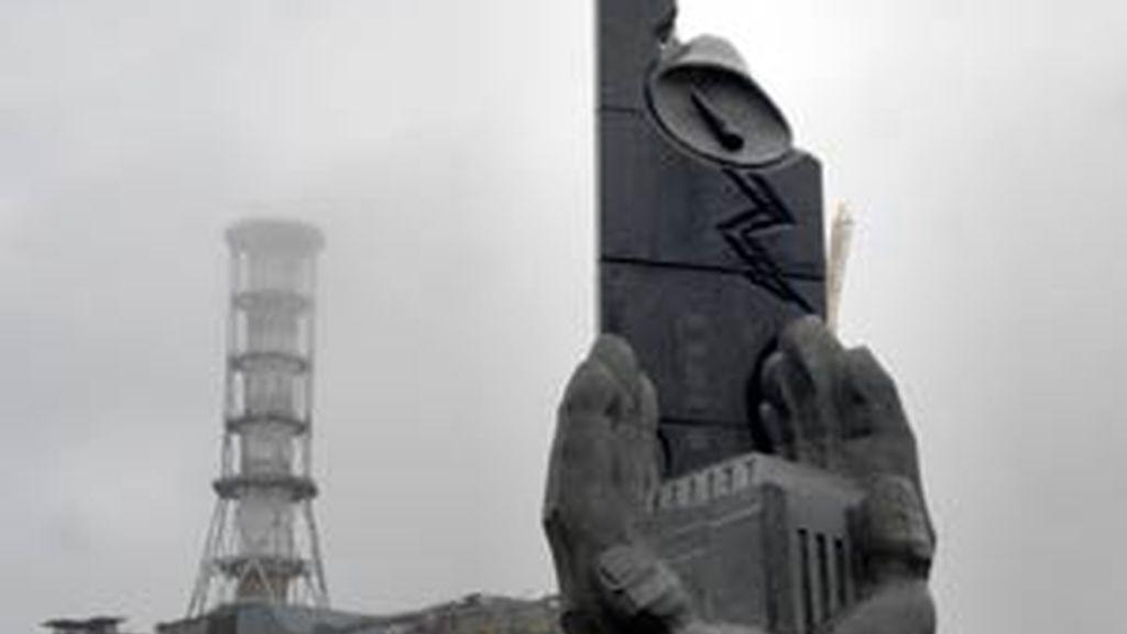 Un nuevo monumento a los trabajadores que defendían la población contra el peligro nuclear con motivo del 20 aniversario de la catástrofe. Foto: GTRES