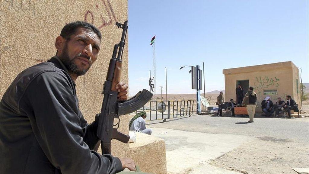 Rebeldes libios hacen guardia en el punto fronterizo de Wazin, al sur de la frontera con Túnez. EFE