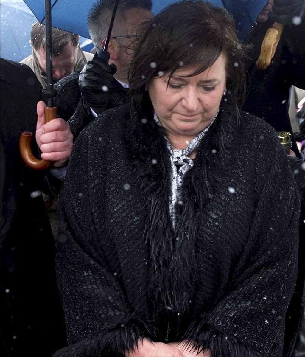 La primera dama polaca, Anna Komorowska, camina cerca del monumento conmemorativo del accidente del avión en el que falleció el presidente polaco Lech Kaczynski durante un acto para recordar el primer aniversario de la tragedia, cerca de Smolensk (Rusia) hoy. EFE