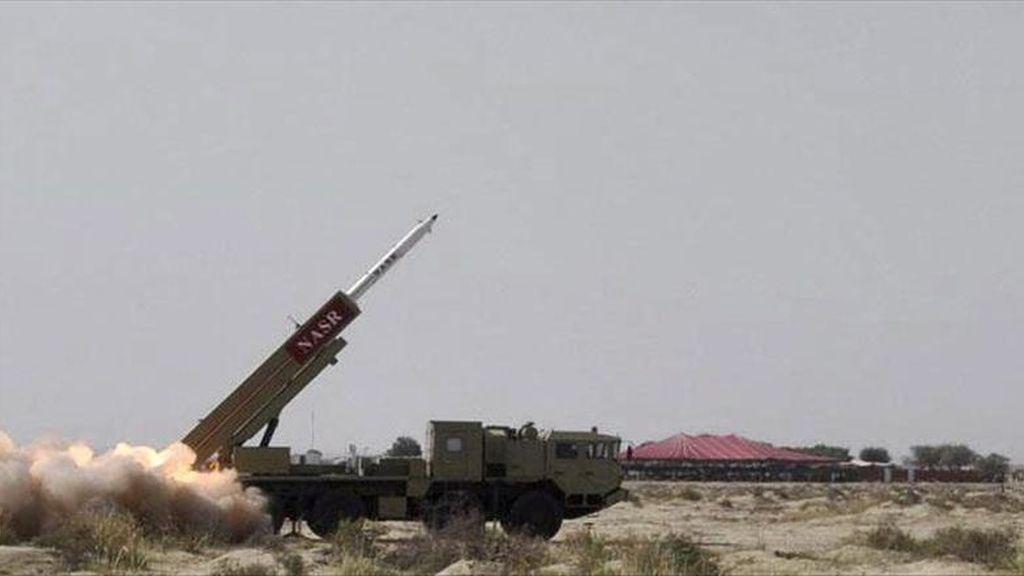 Fotografía facilitada por el Ejército paquistaní que muestra el lanzamiento de un nuevo misil de corto alcance con capacidad para portar ojivas nucleares, en Pakistán, hoy, 19 de abril de 2011. EFE