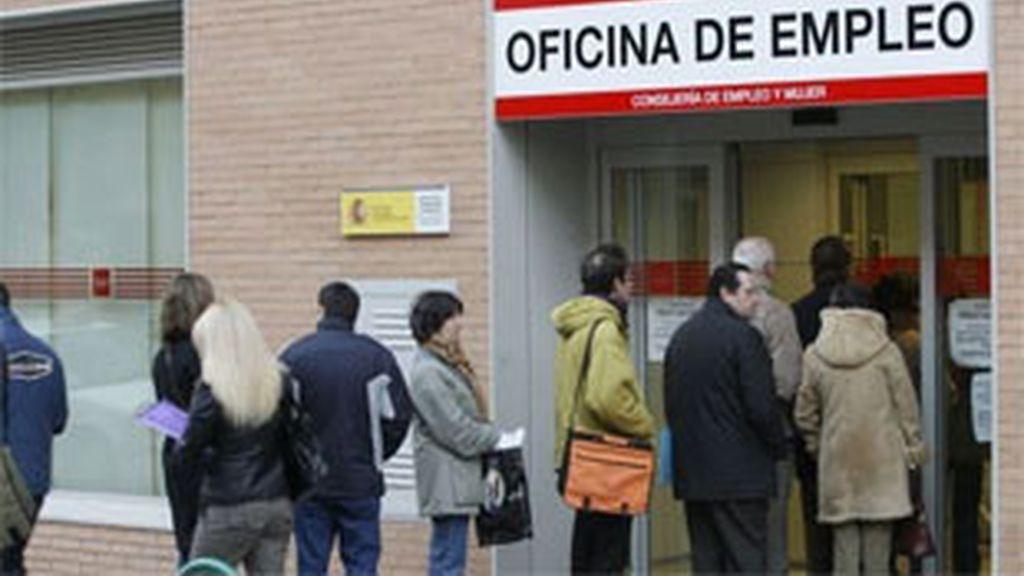 No obstante, el paro registrado en un año en los servicios públicos de empleo ha aumentado en 126.935 personas, el 3,06 % más. FOTO. EFE