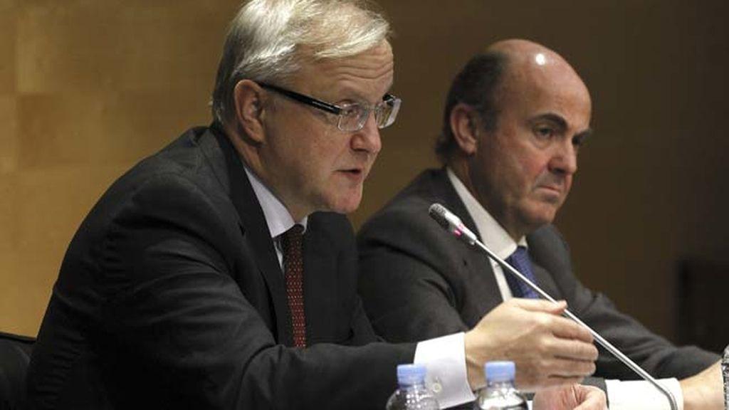 Comisario de Asuntos Económicos Oli Rehn junto a Luis de Guindos