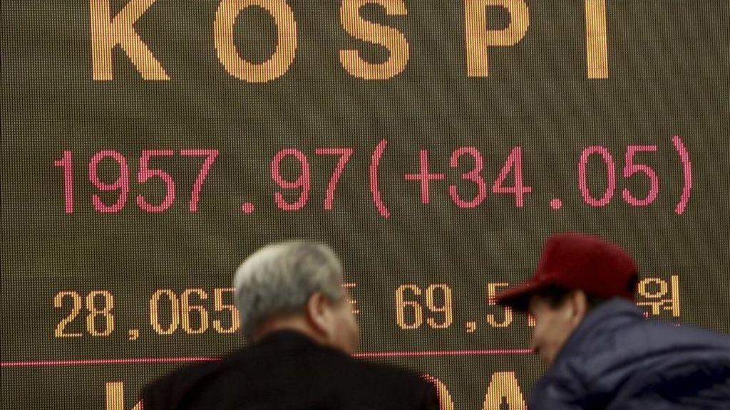 Inversores surcoreanos se detienen ante una pantalla con el cierre del índice Kospi, en Seúl (Corea del Sur). EFE/Archivo