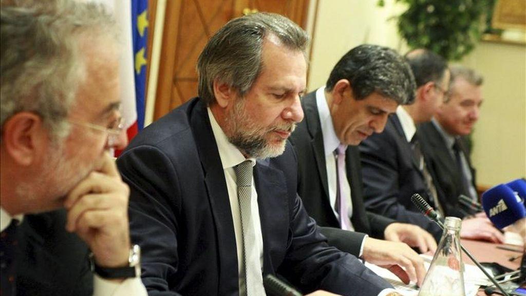 El ministro chipriota de Interior, Neoclis Sylikiotis (c); el ministro griego de de Protección Civil, Christos Papoutsis (2-i); el subsecretario del departamento de Interior de Italia, Alfredo Mantovano (d); el ministro de Justicia de Malta, Carmelo Mifsud Bonnici (2-d), y el director general español de Relaciones Internacionales y Extranjería, Arturo Avello Diaz Del Corral (i) en Nicosia (Chipre), hoy, 19 de abril de 2011. EFE