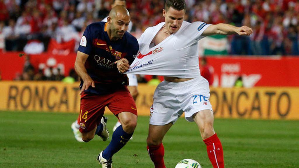 ¡Falta en el borde del área para el Sevilla y roja a Mascherano! El Barça se queda con 10