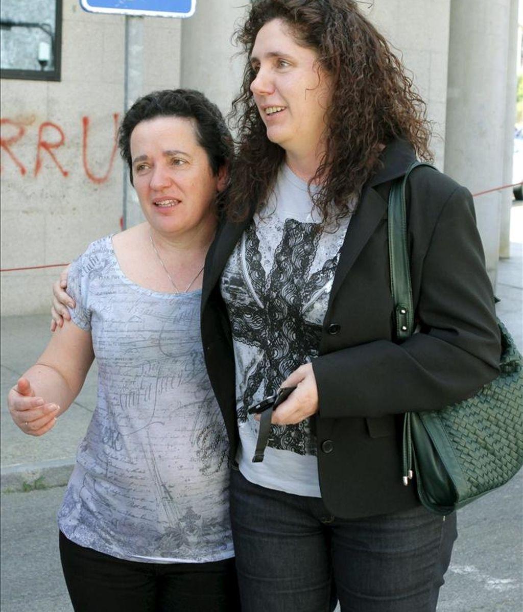 Rosa (d) y Manuela Arcos, hermanas de María José Arcos, desaparecida hace quince años, junto al Juzgado número uno de Ribeira después de que el titular dictara prisión provisional sin fianza para R.V detenido el pasado martes en relación a dicha desaparición. EFE