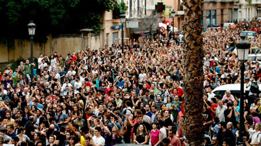 Concentración frente a las puertas de la comisaría de Zapadores de Valencia. Foto: EFE.