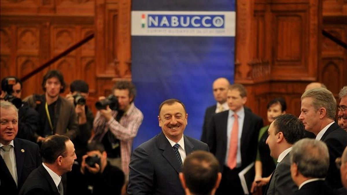 El presidente de Azerbayán Ilham Alíev (c), saluda a los asistentes en la cumbre sobre el proyecto Nabuco celebrada en Budapest en enero de 2009. EFE