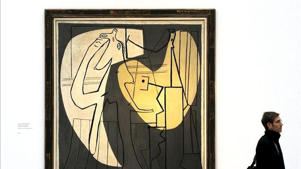 Un hombre camina frente a la obra 'El pintor y su modelo' (Picasso, 1927) en una de las salas del Museo de Bellas Artes (Kunsthaus) de Zúrich (Suiza). EFE/Archivo