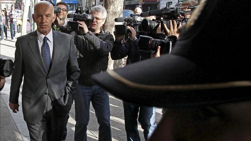 """El expolicía José Amedo, a su llegada a la Audiencia Nacional para testificar en el juicio que se sigue contra el ex jefe superior de Policía de Bilbao Miguel Planchuelo por el último caso pendiente de los GAL: el de los atentados cometidos en 1986 en los bares """"Batzoki"""" y """"Consolation"""" en Bayona (Francia), en los que resultaron heridas seis personas. EFE"""