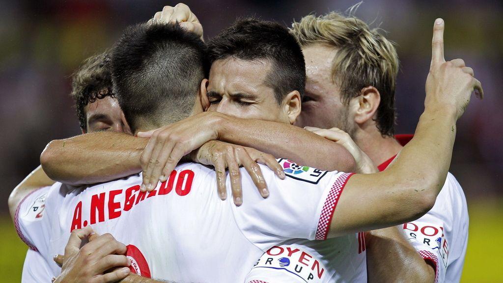 El delantero del Sevilla CF, Álvaro Negredo celebra su gol con sus compañeros