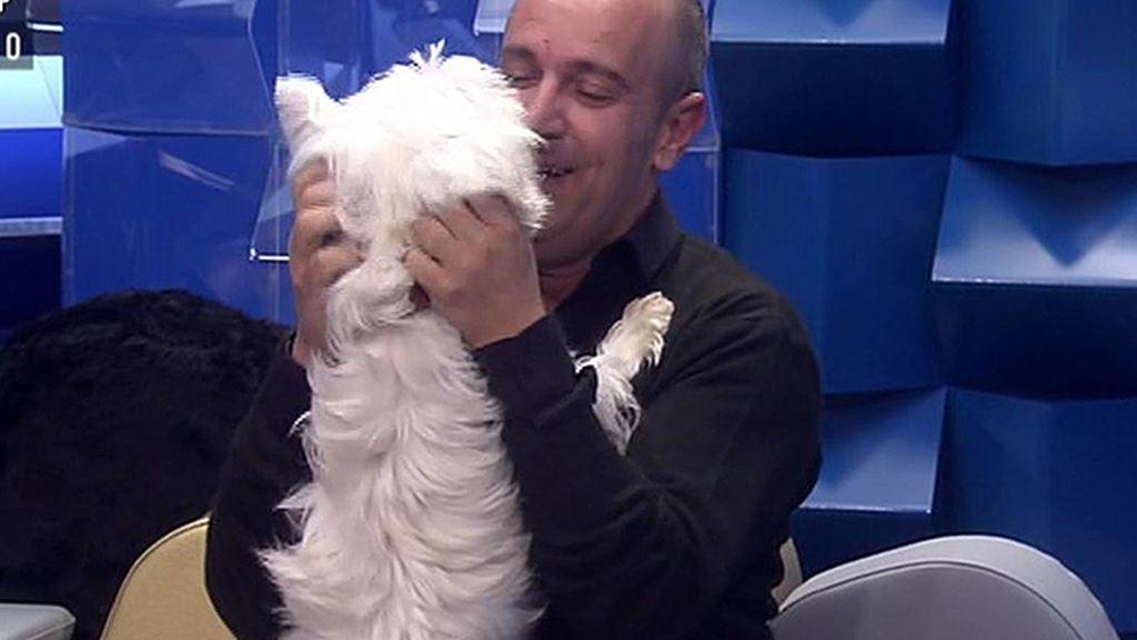 Víctor enloquece al ver a su perrito Nou