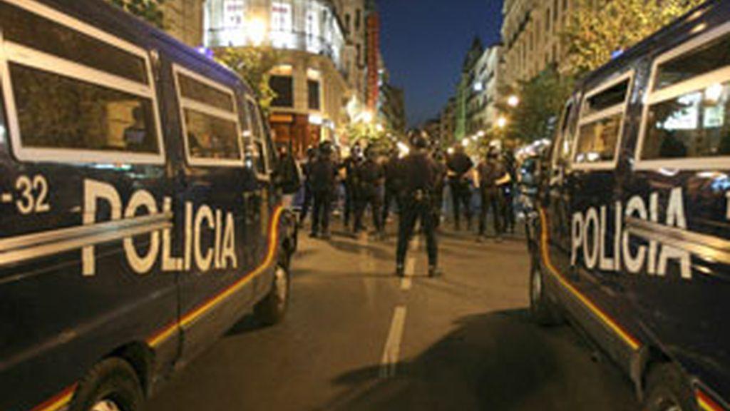 La Policía custodia los accesos a la Puerta del Sol, en Madrid. Foto: EFE
