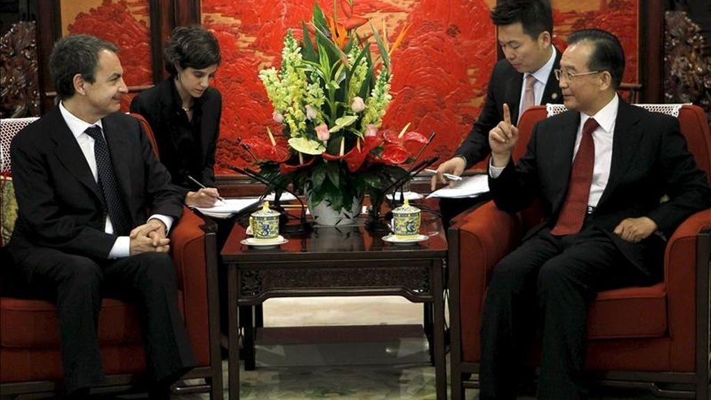 El presidente del Gobierno, José Luis Rodríguez Zapatero (i), durante la reunión que mantuvo con el primer ministro chino, Wen Jiabao, con la que inicia su cuarto viaje a China, una visita con la que busca captar nuevas inversiones para España e impulsar la presencia de empresas españolas en el gigante asiático, convertido ya en la segunda potencia económica mundial. EFE