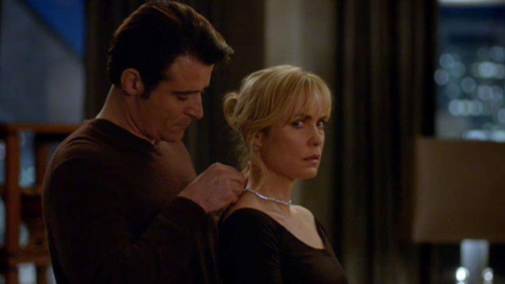 Schiller se sincera con Marta y le regala un collar de diamantes