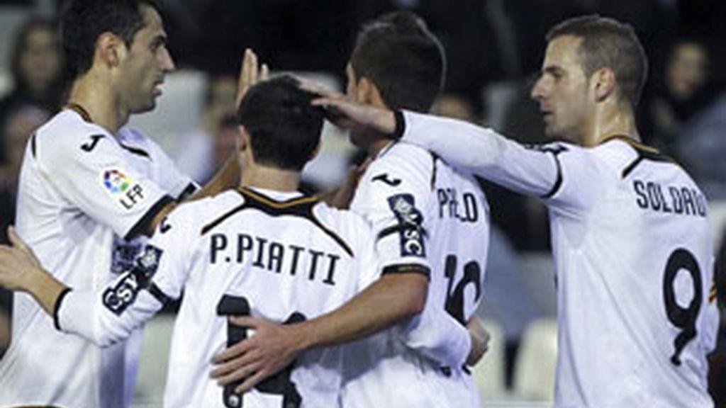 Los jugadores del Valencia celebran el gol marcado por el brasileño Jonás Goncalves al Cádiz. FOTO: EFE