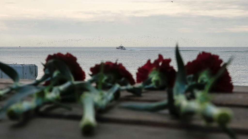 Flores en recuerdo a las víctimas del avión ruso siniestrado
