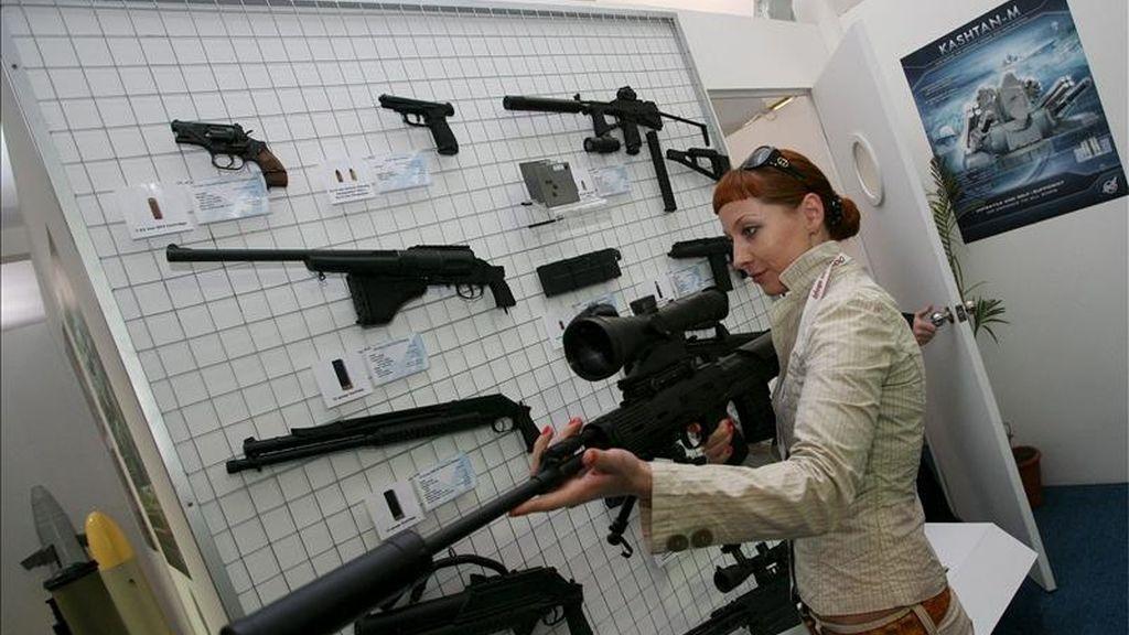 Una visitante revisando un arma en la Exposición Internacional India de Defensa en Nueva Delhi. EFE/Archivo