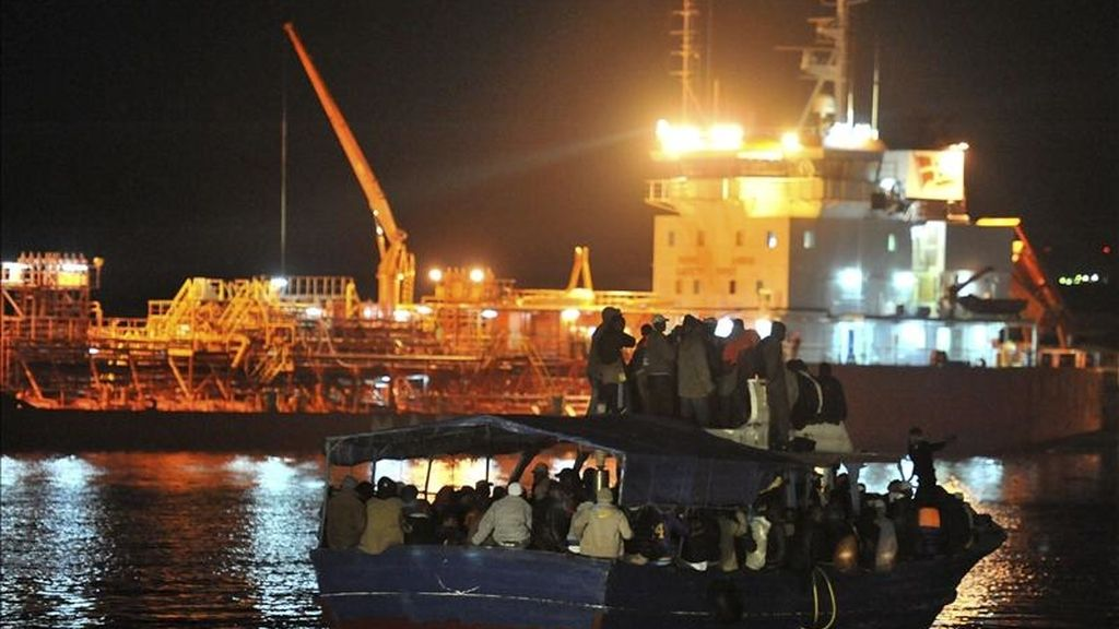 Un grupo de inmigrantes africanos llega en una barca al muelle de la Isla italiana de Lampedusa, el pasado 10 de abril. Hoy han sido dos las embarcaciones con inmigrantes que han atracado en puertos de Sicilia y Malta. EFE/Archivo