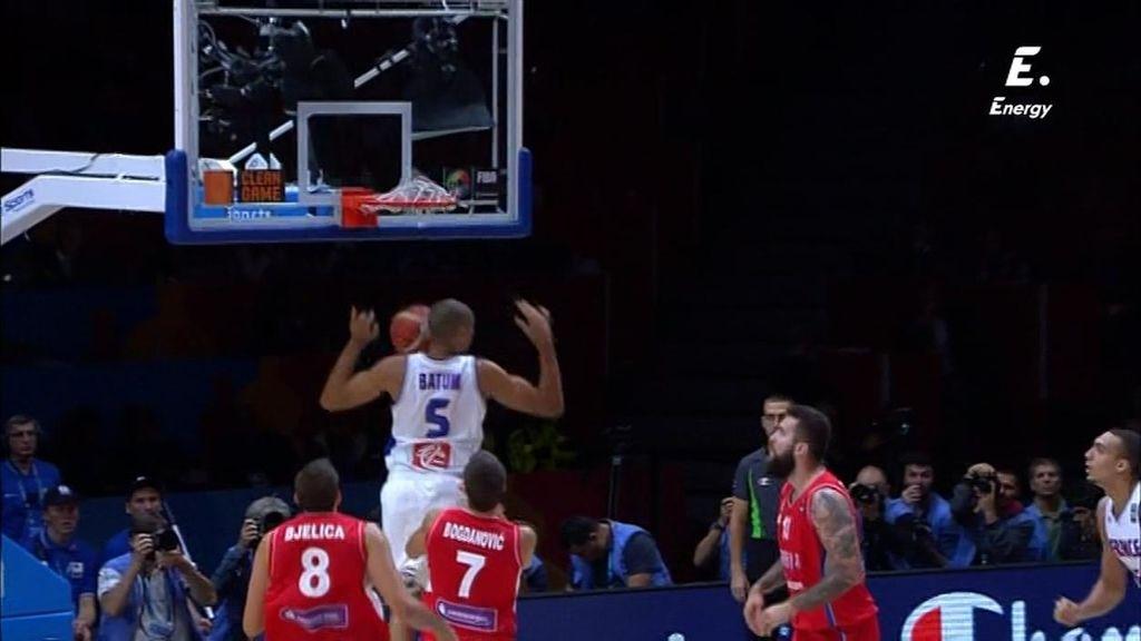 ¡Brutal! ¡Parker se la pone en las nubes a Batum para que la hunda en el aro serbio!