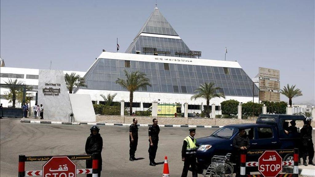 Oficiales de seguridad vigilan la entrada del hospital de Sharm el Sheij, Egipto, en la península del Sinaí, donde el expresidente egipcio Hosni Mubarak se encuentra bajo arrestro tras ser ingresado el martes 12 de abril,  debido a un ataque cardíaco cuando iba a ser interrogado por la Justicia. EFE
