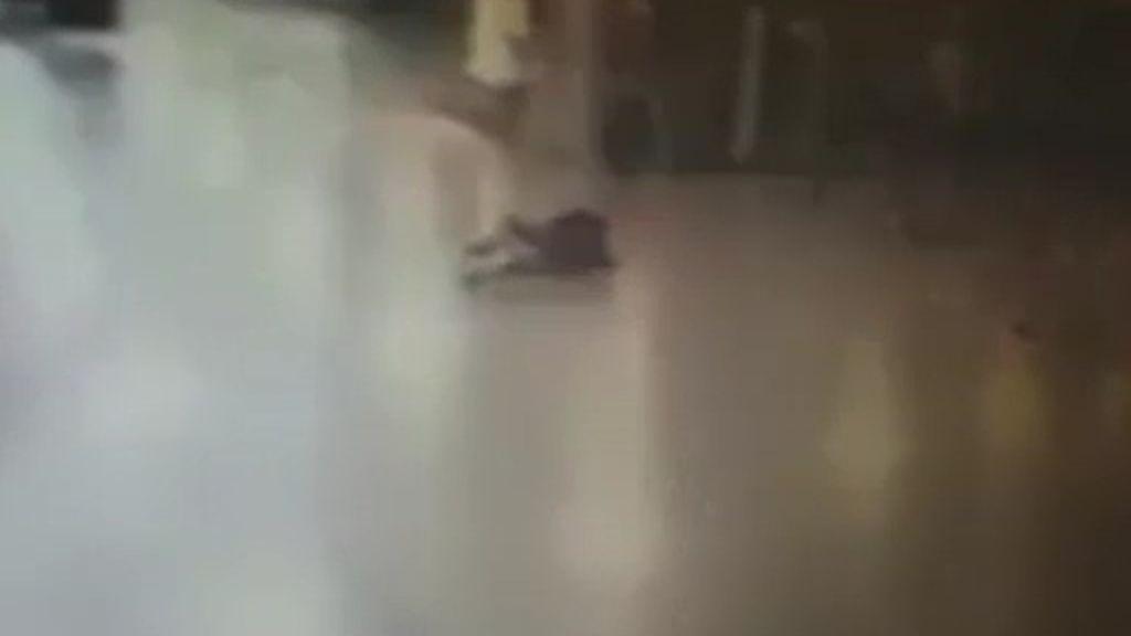 El momento en el que un terrorista se inmola en el aeropuerto de Estambul