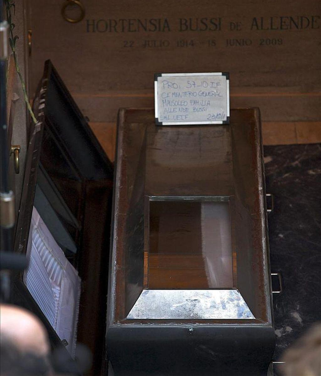 Aspecto del féretro del presidente chileno Salvador Allende, en el momento en que es extraido del mausoleo familiar, durante la exhumación de los restos del mandatario en el Cementerio General, en Santiago de Chile (Chile). EFE/Archivo