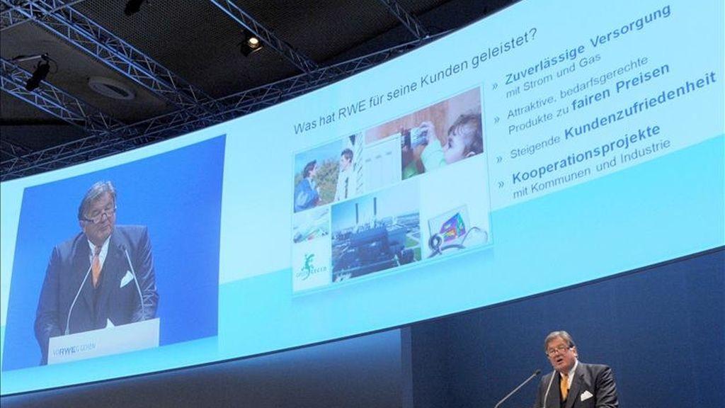 El director general del consorcio energético alemán RWE, Juergen Grossmann, interviene en la asamblea general de la compañía en Essen, Alemania. EFE/Archivo