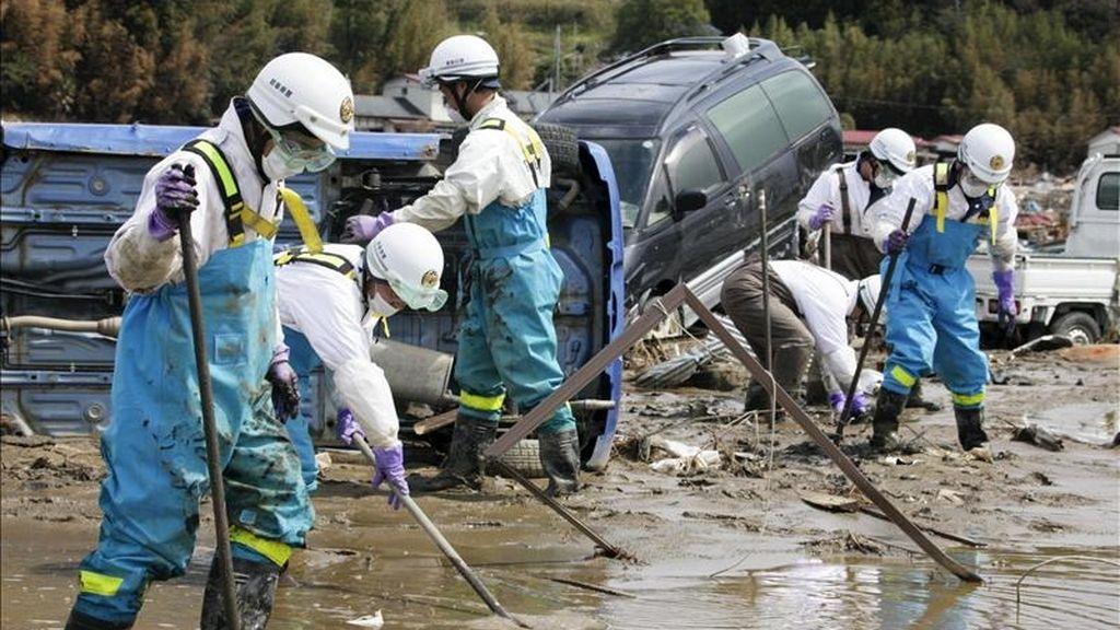 Policías japoneses trabajan en la búsqueda de desaparecidos por el terremoto y posterior tsunami que asoló la costa nororiental japonesa le pasado 11 de marzo, en Ishinomaki, prefectura de Miyagi (Japón) hoy, 20 de abril de 2011. El número de fallecidos en Japón ha superado los 14.000, según los datos facilitados por la policía nipona. EFE