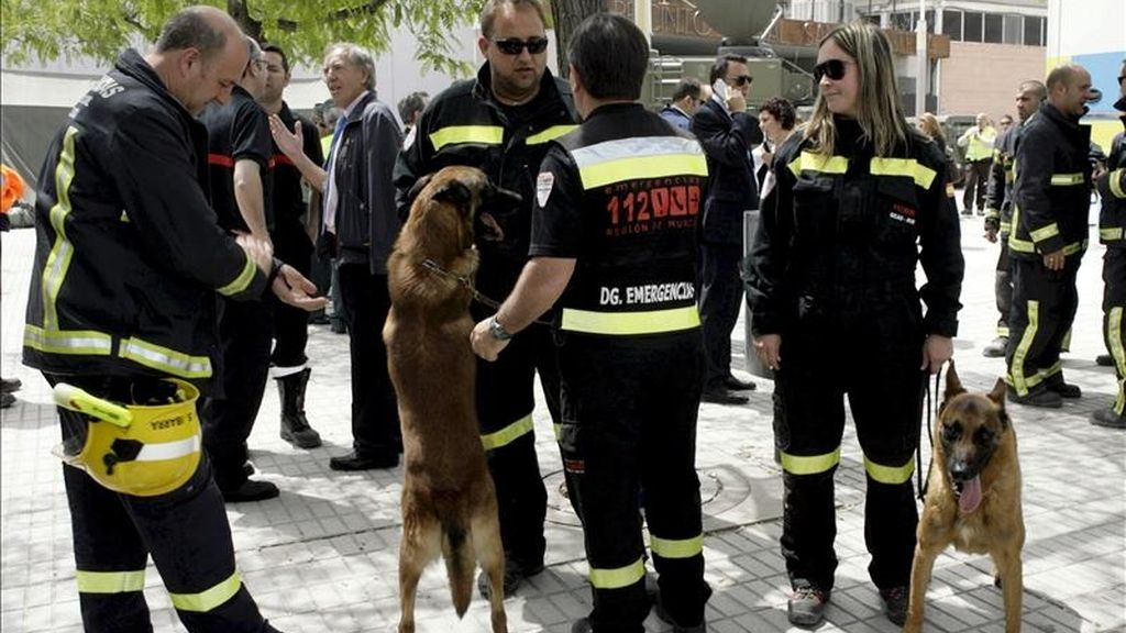 Miembros de un equipo de rescate con sus perros en el tercer día de trabajos tras el terremoto ocurrido el pasado miércoles en Lorca (Murcia). EFE