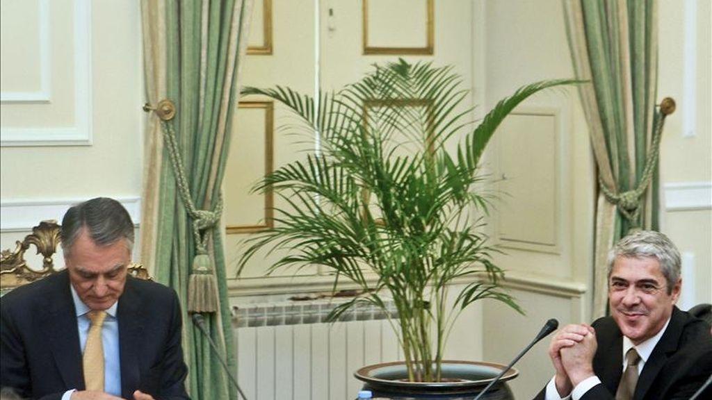 El presidente portugués, Aníbal Cavaco Silva (izda), y el primer ministro, Jose Socrates, asisten a la reunión del Consejo de Estado para debatir la disolución del Parlamento y una convocatoria anticipada de elecciones en el palacio de Belém, en Lisboa (Portugal). EFE/Archivo