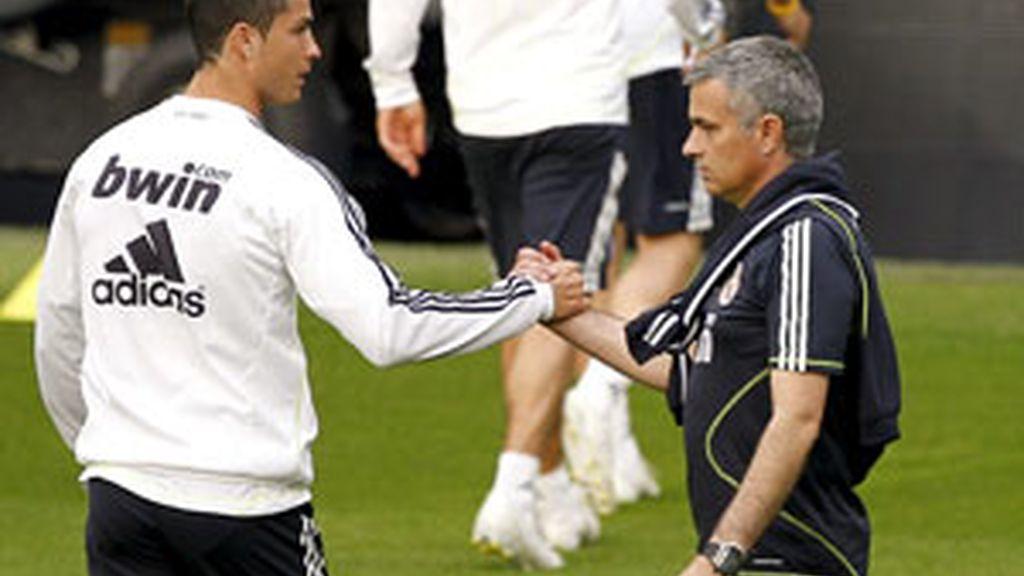 Cristiano Ronaldo y Mourinho se saludan durante el entrenamiento en el Bernabéu. Foto: EFE