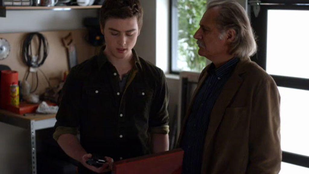 Andrei le regala una pistola a su nieto Gabriel