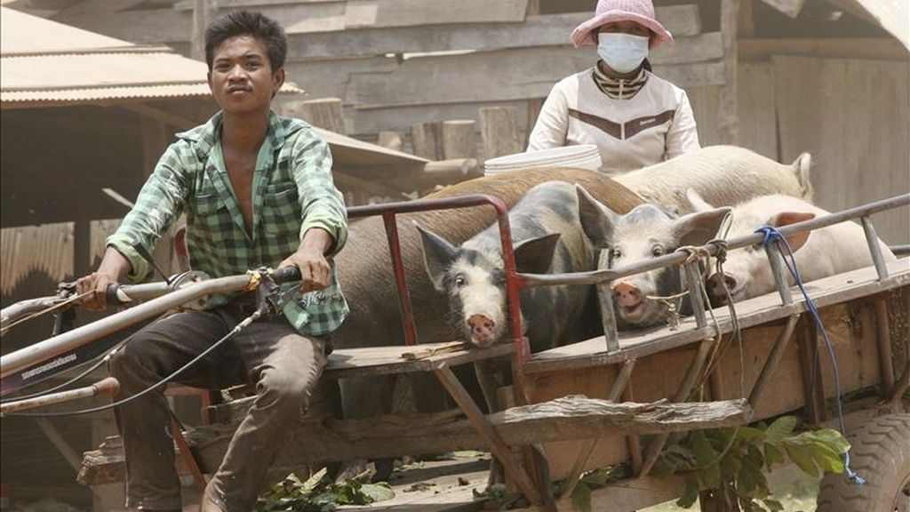 Un par de habitantes huyen de sus hogares, próximos a la frontera camboyano-tailandesa en la provincia de Oddar Meanchey (Camboya) hoy, martes 26 de abril de 2011. EFE