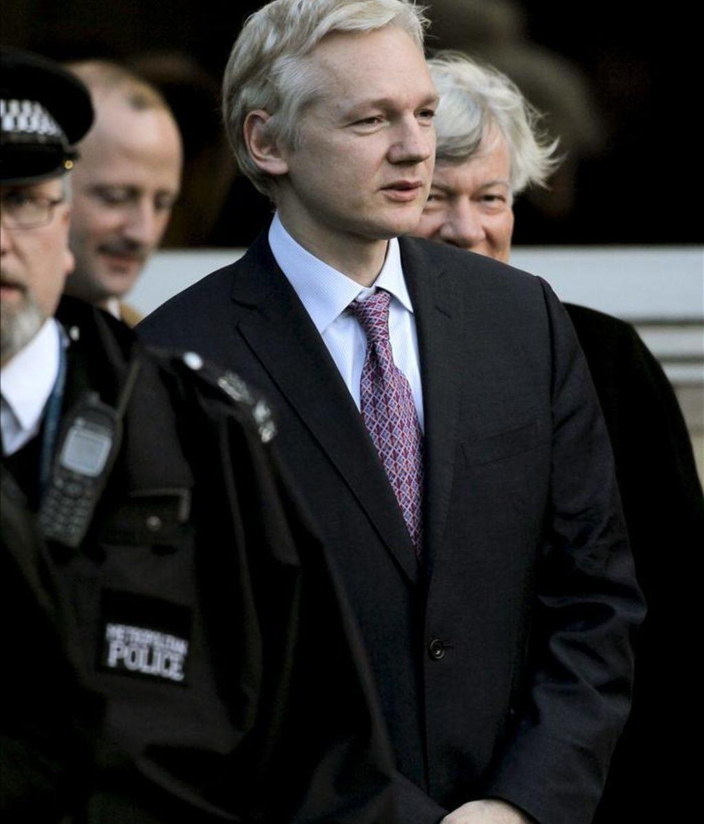 El fundador de WikiLeaks, Julian Assange (c), sale de la corte de magistrados Belmarsh, en Londres, Reino Unido. EFE