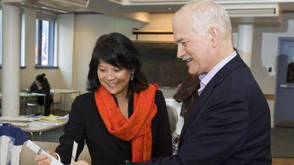 El líder del socialdemócrata Nuevo Partido Democrático (NPD), Jack Layton (d), y su esposa Olivia Chow, votan en un colegio electoral de Toronto, Canadá. EFE