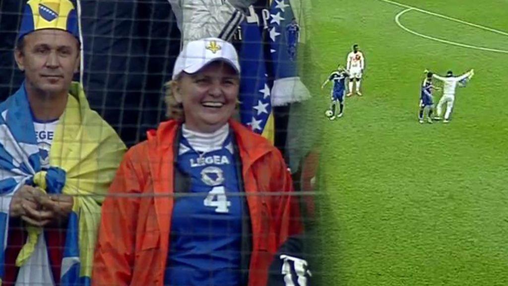 Un seguidor bosnio salta al campo durante el partido y se abraza a Pjanic