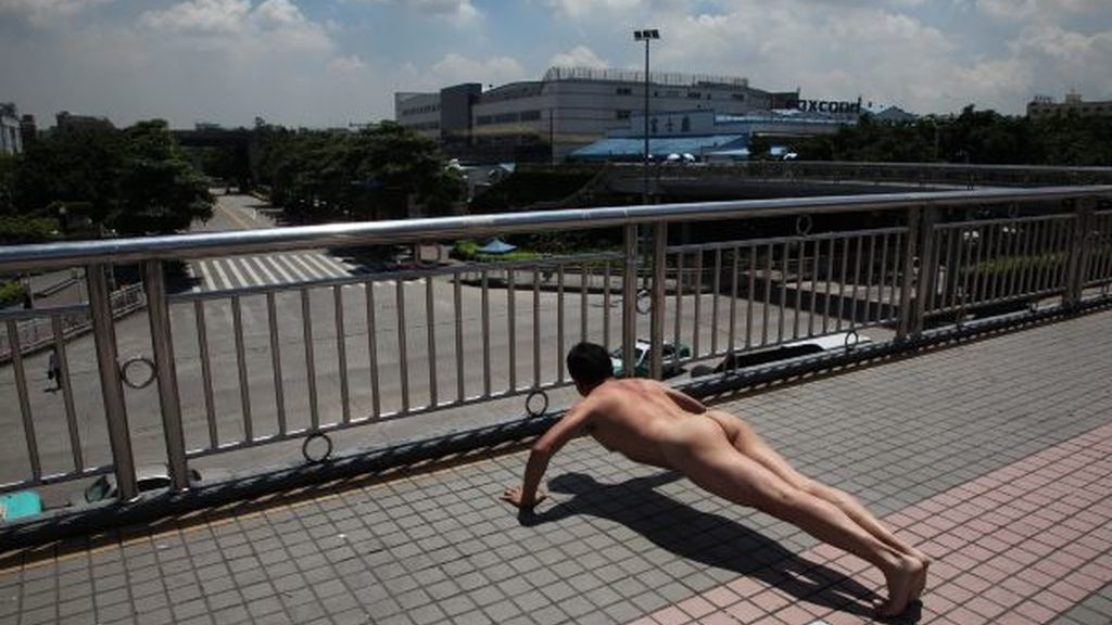 Desnudo y haciendo abdominales