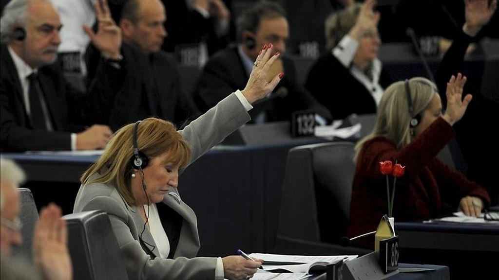 Eurodiputados votan una resolución en una sesión en el Parlamento Europeo en Estrasburgo (Francia). EFE/Archivo
