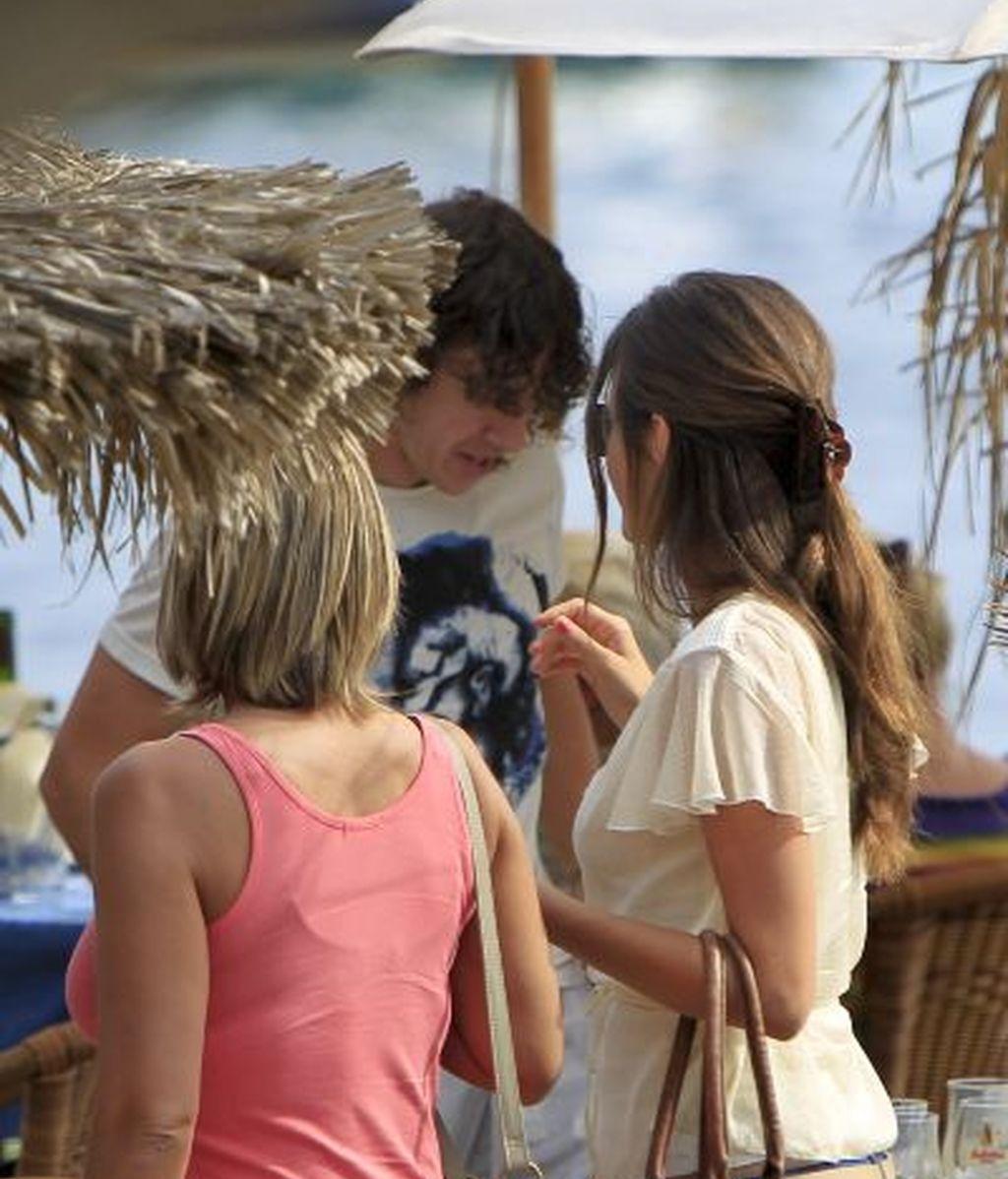 Puyol, con su novia y amigos en un chiringuito de Ibiza