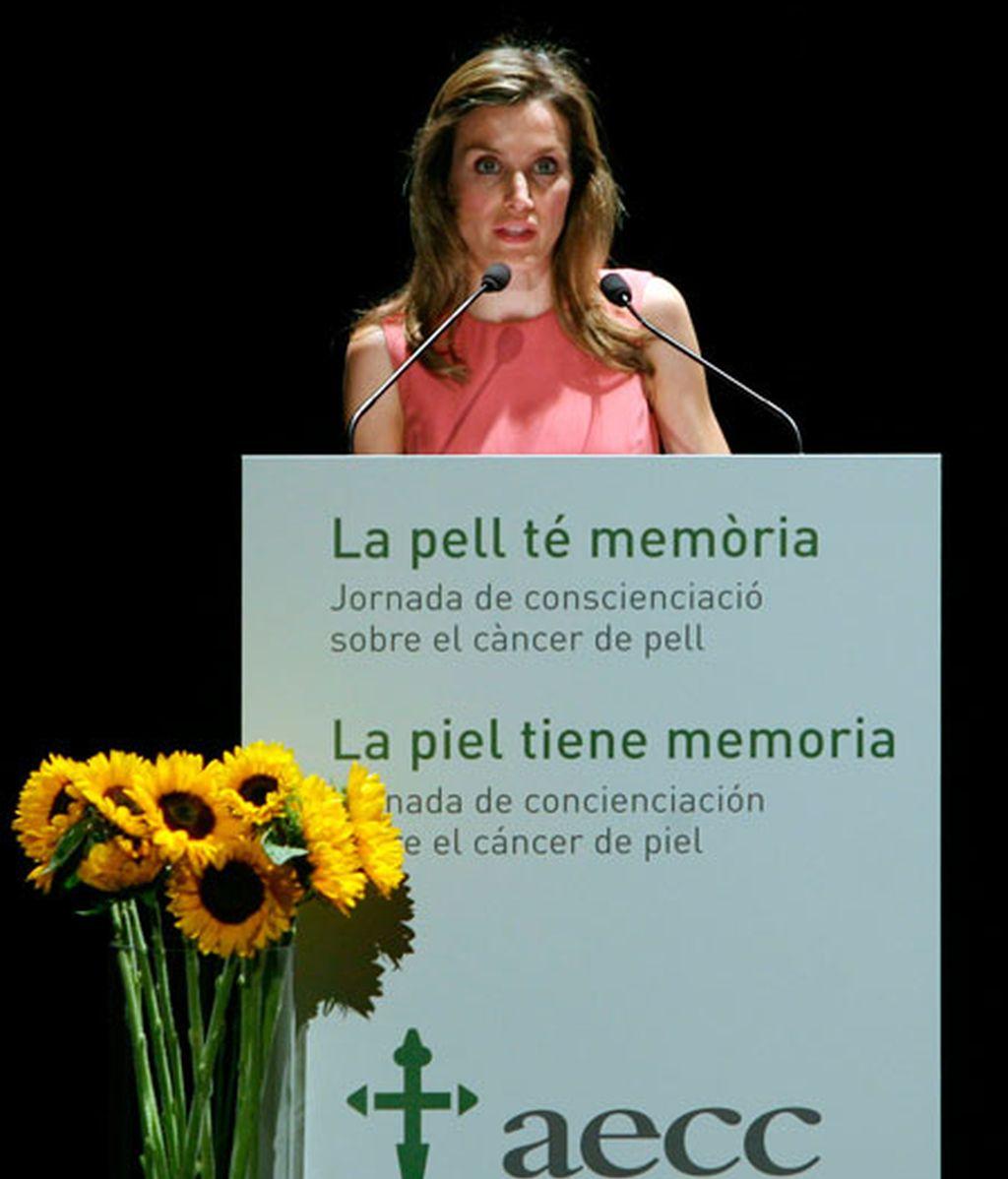 """La princesa de Asturias y Girona Doña Letizia durante la inauguración de la jornada """"La piel tiene memoria"""", organizada por la Asociación Española contra el Cáncer. Foto: EFE."""