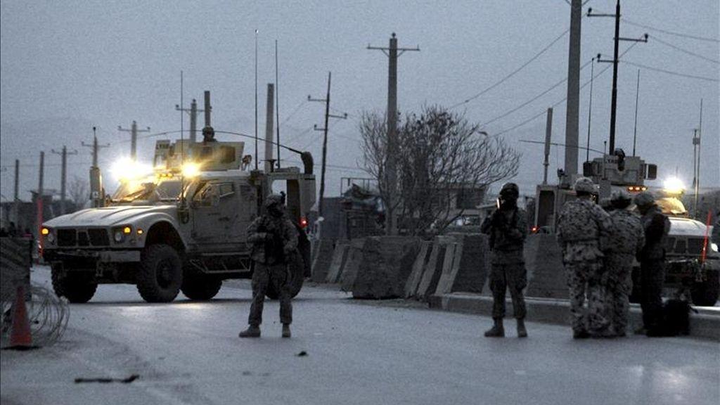 Soldaos estadounidenses de la fuerza internacional ISAF hacen guardia en la carretera que une Kabul con Jalalabad, tras un atentado. EFE/Archivo